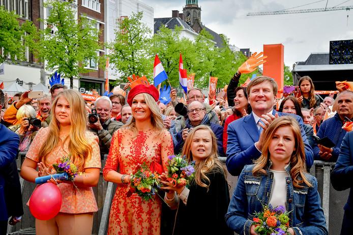 Koning Willem-Alexander, koningin Máxima en de prinsessen Amalia, Ariane en Alexia tijdens Koningsdag 2018 in Groningen.