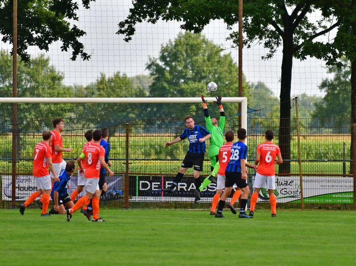 FC Cranendonk in actie tegen Budel, dat de derby met 1-3 won. FC Cranendonck-spits Ralph van Meijl in luchtduel met doelman Dennis van Gils van Budel.