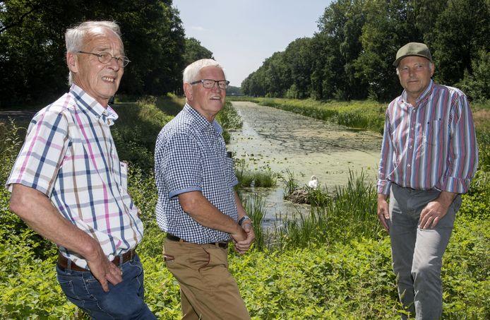 Vanaf links: Cor van Bakel,  Antoon Wilbers en Jos Bruns bij het kanaal Almelo-Nordhorn.