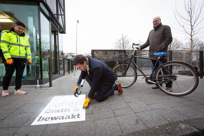 DEN HAAG - Op de Haagse Markt kunnen fietsen gratis en bewaakt gestald worden bij de Biesieklette. FOTO EN COPYRIGHT GEMEENTE DEN HAAG/HENRIETTE GUEST