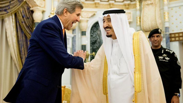 John Kerry was vorige week nog op bezoek in Saoedi-Arabië. Hij schudt de hand van koning Salman. Beeld REUTERS