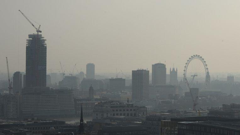 Luchtvervuiling belemmert het zicht op de London Eye (april 2015). Beeld afp