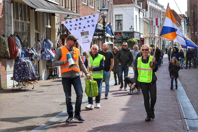 De protestmars ging van de binnenstad naar de plek waar een houten toren moet komen.