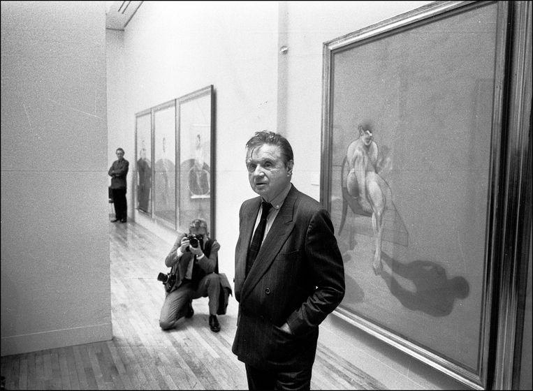 Francis Bacon bij zijn tentoonstelling in de Tate Gallery in Londen, 1985. Beeld Getty Images