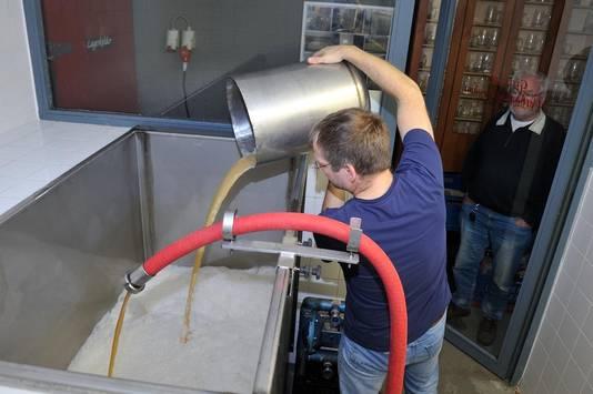 Tom Steenbergen is al bezig met het suikerwater.