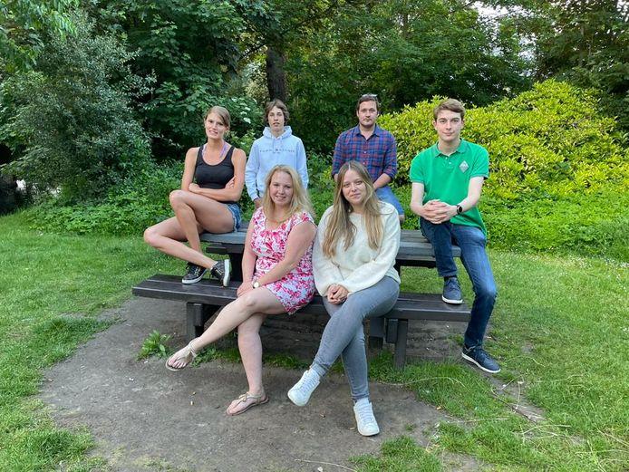 Zittend (vlnr): Tatiana Huyge en Evelyn Backx, zittend (tafel): Apollonia D'Heer en Mathieu Gosset en staand Nicolaï De Donder-De Wolf en Koen van Malderen.