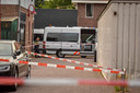 Een team van rechercheurs doet, onder leiding van een officier van justitie, onderzoek naar het overlijden van een Poolse man in een woning aan de Kerkstraat in Bodegraven. De omgeving is door de politie afgezet.