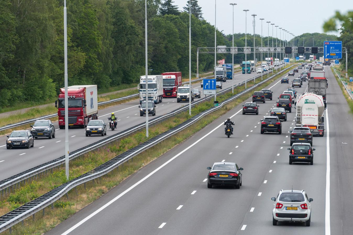 Rijkswaterstaat ontvouwde vanavond de eerste aanzet tot het ontwerp voor het traject Eindhoven-Tilburg dat aan beide zijden twee keer drie rijstroken moet krijgen. Eerder werd de weg tussen Eindhoven en Oirschot al driebaans gemaakt (rechts op de foto). Archieffoto