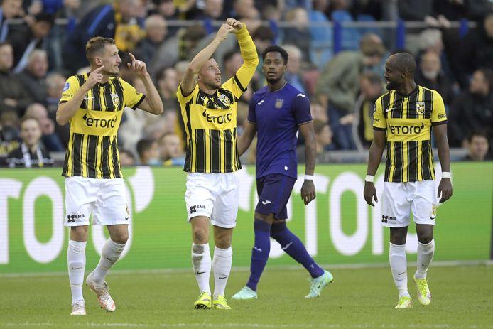 Maximilian Wittek (m) viert de 2-0 namens Vitesse tegen Anderlecht.