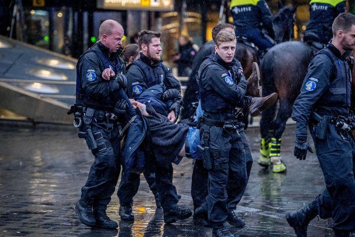 Demonstranten worden afgevoerd. Ook Spijkenisser Alfred Blokhuizen werd opgepakt.