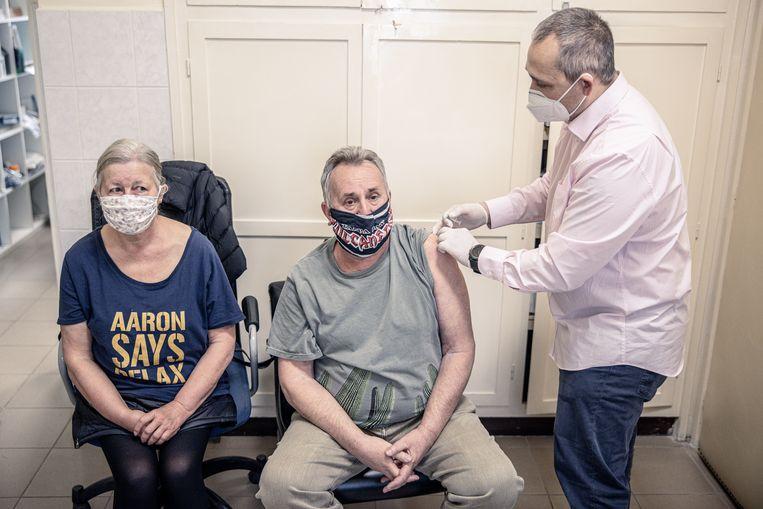 Huisarts Szabolcs Zsigir vaccineert patiënten met het Chinese coronavaccin Sinopharm.  Beeld Akos Stiller