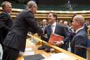 Premier Mark Rutte bedankt VVD-informateur Henk Kamp in 2012, terwijl PvdA-fractievoorzitter Diederik Samsom (R) en PvdA-informateur Wouter Bos (L) toekijken in de Tweede Kamer na afloop van het debat over het regeerakkoord van VVD en PvdA.