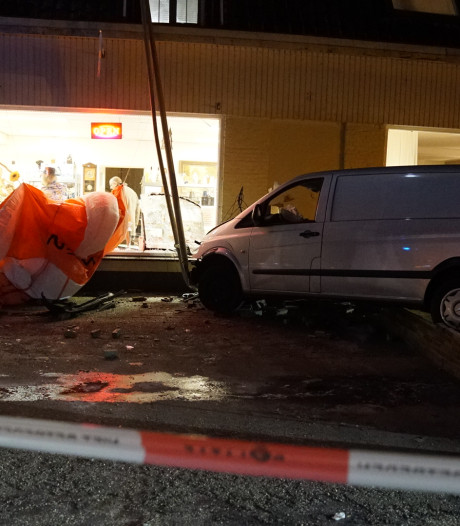 Busje rijdt mogelijk opzettelijk tegen pui kringloopwinkel in Lieren