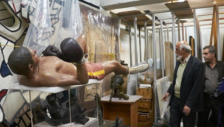 In het depot liggen vele kunstschatten. Zoals hier een van Duane Hansons Boxers, een ingepakte Picasso (tussen de benen van de bokser met geel touw ingepakt) en elders een verdwaalde Pollock. Beeld Rutger Pontzen