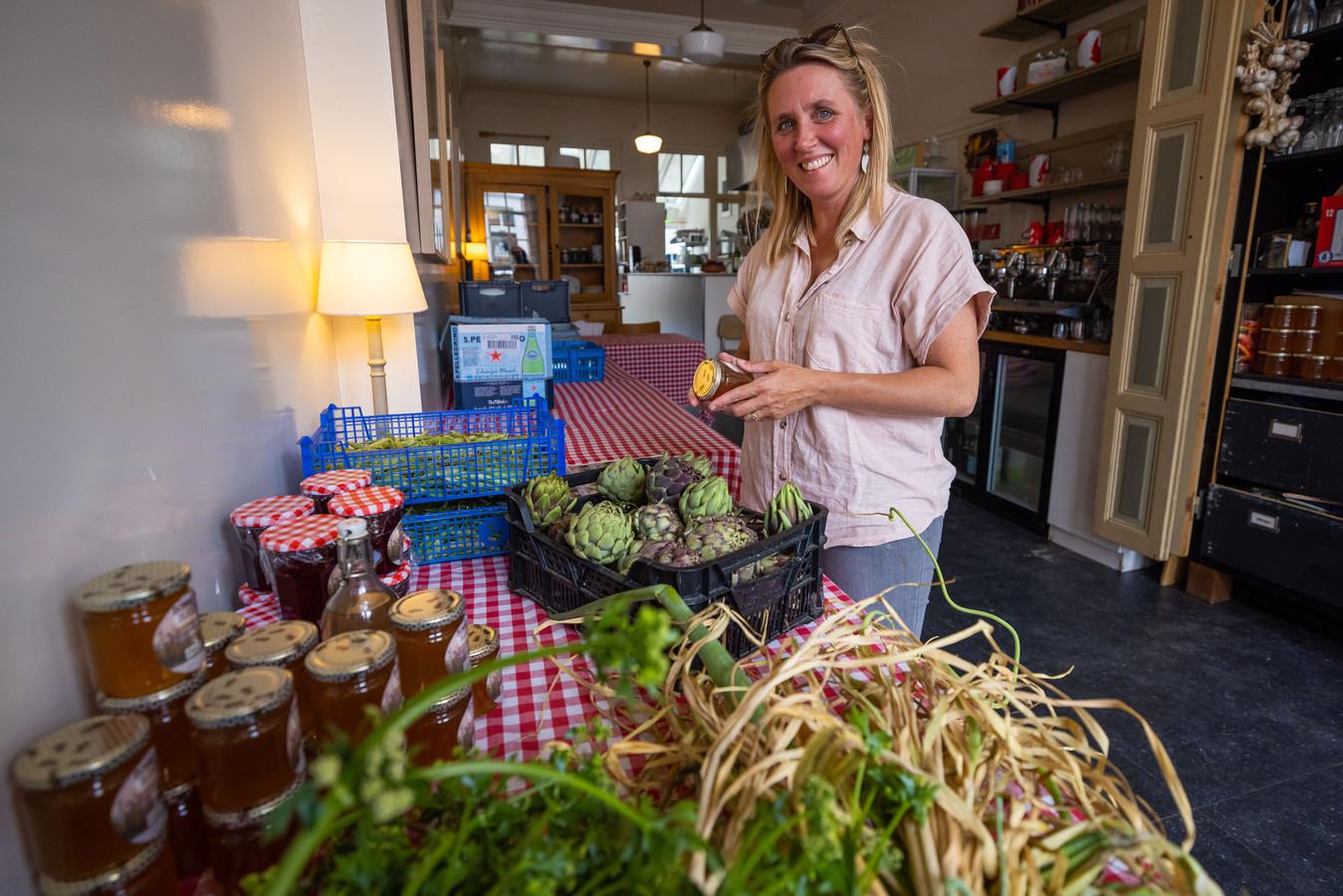 Het Bommels Bakhuys is even Pakhuis. Carlijne van Santvoort plakt de etiketten op de potjes honing in haar smalle restaurant aan de Gamerschestraat.