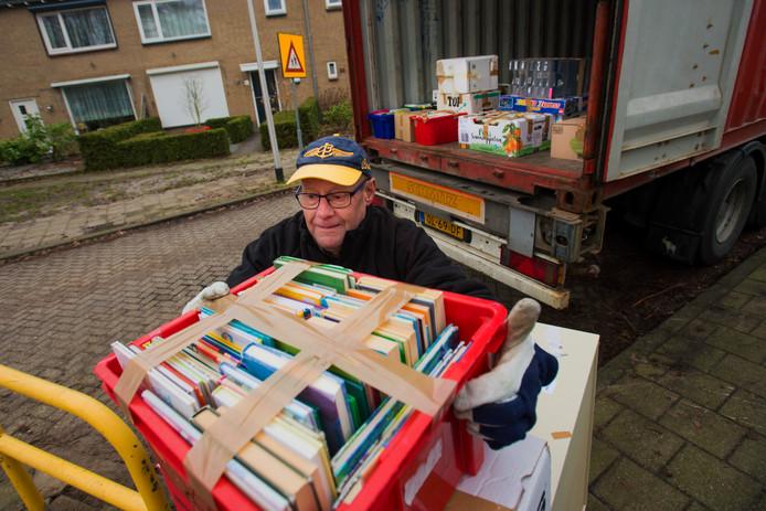 Piet Sterrenburg helpt mee de container te vullen met spullen voor Curaçao