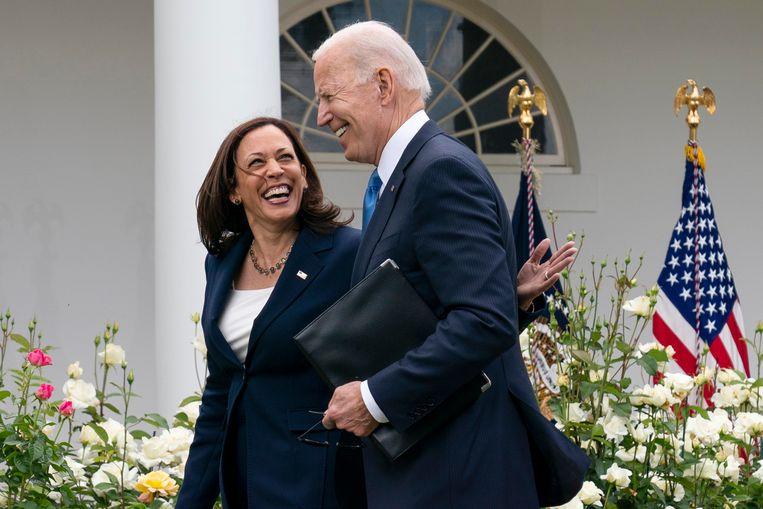 Vicepresident Kamala Harris en president Joe Biden in de rozentuin van het Witte Huis. Beeld AP