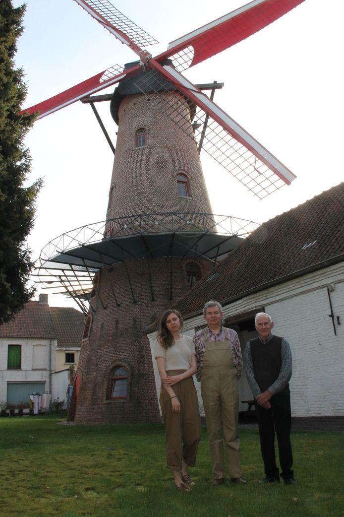 Anne-Sophie, Christ en Hubert Goethals aan de gelijknamige molen. Drie generaties die de molen runnen en zich meester-molenaar mogen noemen.