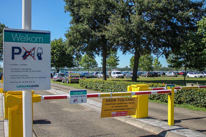 Ook de parkeerplaats bij strand Nulde aan het Nuldernauw bij Putten ging dicht.