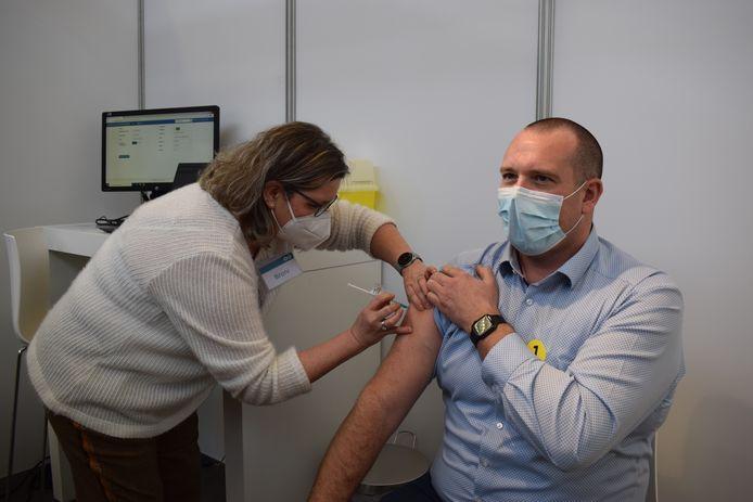 Het moment: het eerste spuitje in vaccinatiecentrum Puyenbroeck wordt gezet.