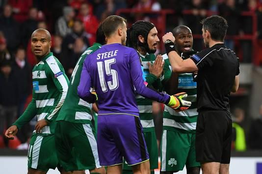 Bien aidé par son assistant, Mr Stefansky n'a pas hésité à accorder le penalty au Standard