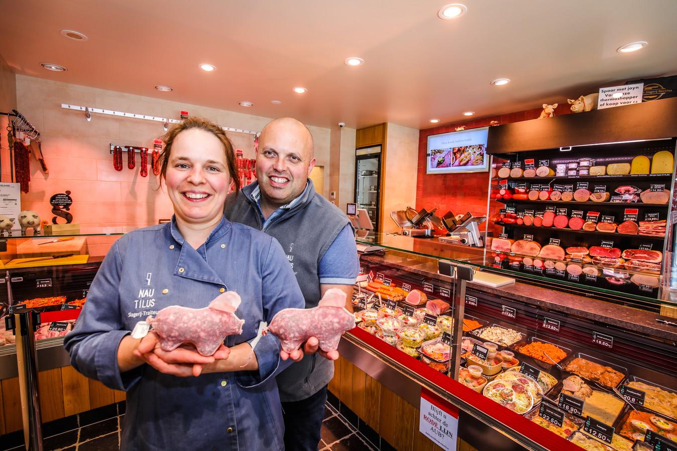 Slager Steven Vanacker van slagerij Nautilus maakt salami in de vorm van een Diksmuids varkentje