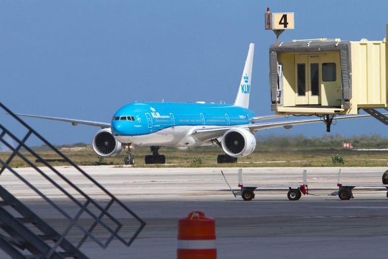Een KLM-toestel met aan boord de eerste vaccins voor Curaçao op de luchthaven van Willemstad. Beeld ANP