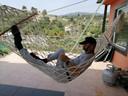 Erik Roosenboom bij zijn vakantiewoning aan het stuwmeer in Turkije