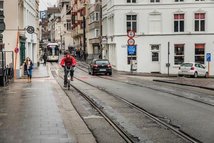 Fietsen in de buurt van de Gentse tramsporen, zoals hier aan de Nederkouter, blijkt veel te vaak een ticket naar een spoedafdeling van een Gents ziekenhuis te zijn.