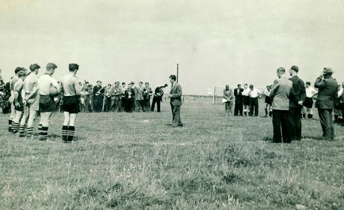 Mede-oprichter en eerste voorzitter Toon van Oers in 1947 bij de ingebruikname van het Cluzonaterrein aan de Spellestraat in Wouw