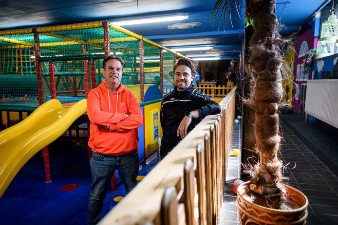 Igor (links) en Gijs Noltes in het voormalige instructiebad, nu een deel van kinderspeelparadijs Kids City.