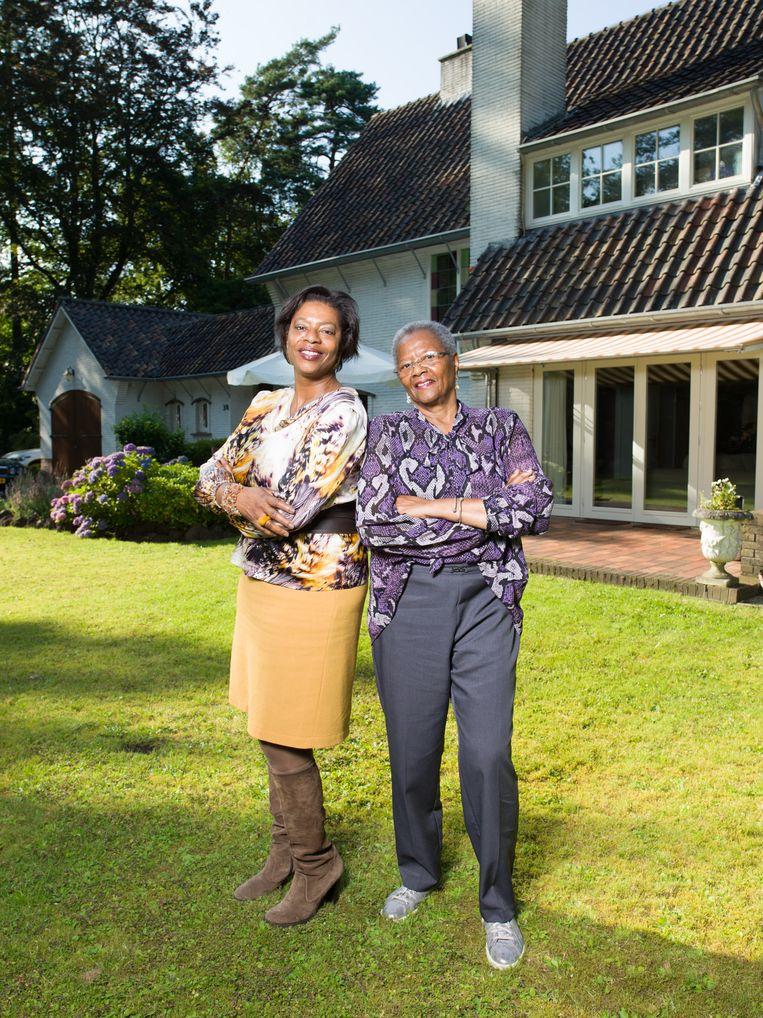 Joyce Sylvester met haar moeder Margo in haar tuin in het Gooi. Beeld Ivo van der Bent
