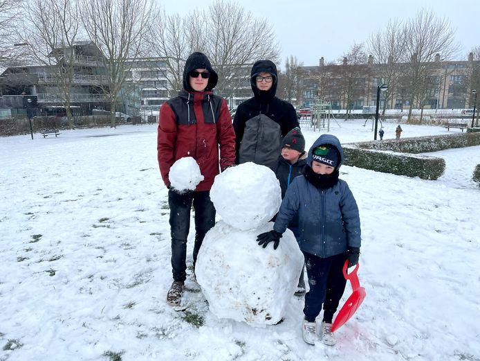 Kinderen spelen in de sneeuw in Oostende. Er werden heel wat sneeuwmannen gebouwd