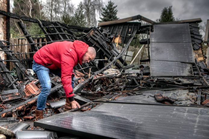 """Teamleider van """"Roparun Maakt een Vuist"""" Remko Fiks bekijkt de totaal verwoestte zonnepanelen."""