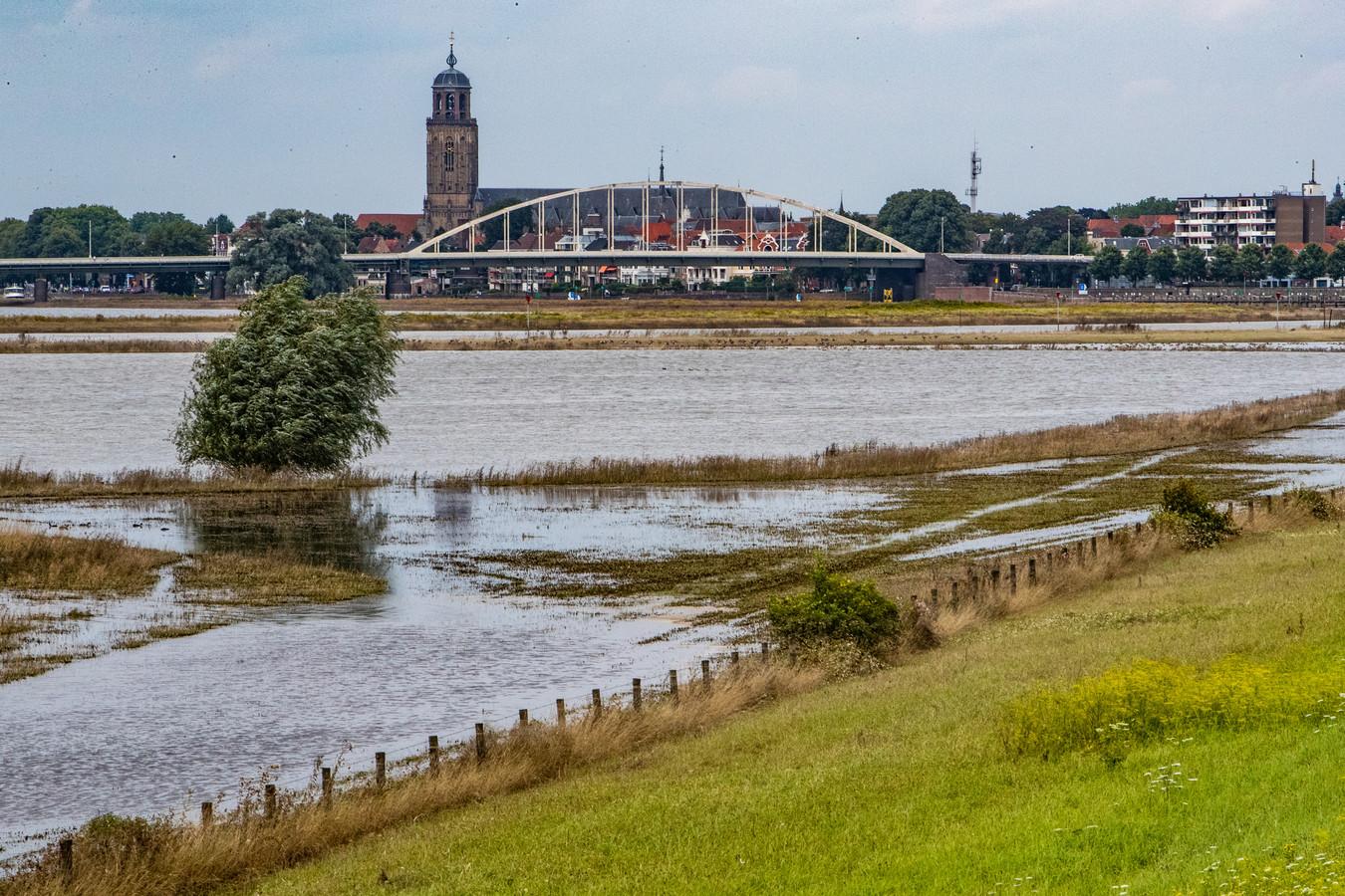 ,,Je ziet vooral veel klein spul, plastic, rotzooi, boomtakken, maar we zijn nog geen caravan tegengekomen, zal ik maar zeggen'',  zegt Maarten Jan Stuurman, woordvoerder van de gemeente Deventer over afval dat is blijven liggen na het hoogwater.
