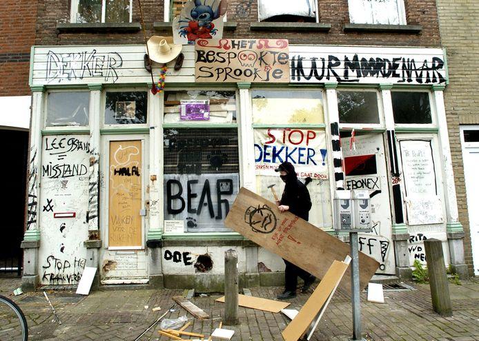 Een kraakpand in de Van Goorstraat in Breda, enkele jaren geleden. Intussen zijn de krakers al weer lang verdwenen en is het pand verbouwd.