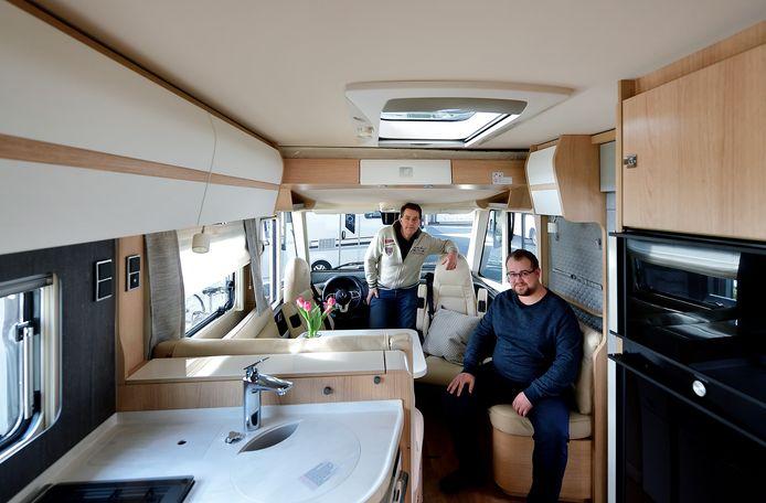 Theo de Jong en Joey Sukkel van Mobiledrôme in een luxe camper van Hymer.