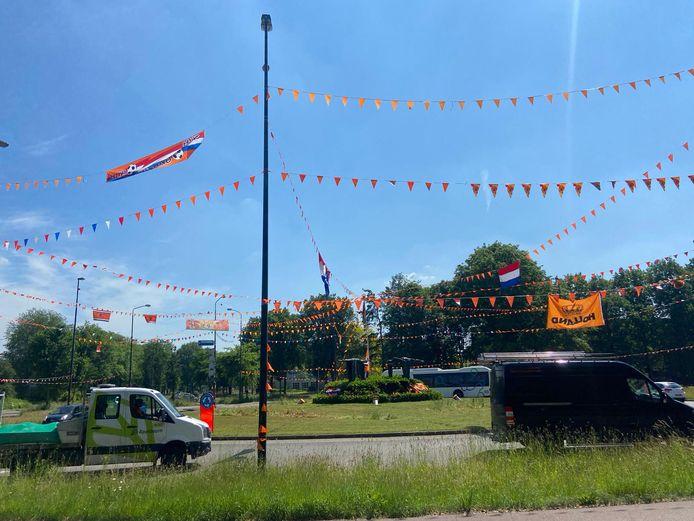 De Drie Maagdenrotonde in Apeldoorn is ook dit jaar weer omgedoopt tot de Oranjerotonde.