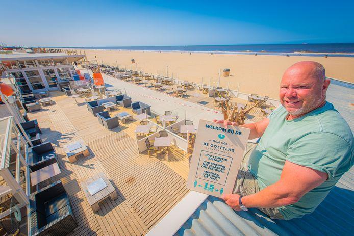 Bij strandtent De Golfslag in Scheveningen zijn ze klaar om open te gaan. Eigenaar Guido Venema heeft zijn terras nu anders ingericht, zodat gasten niet te dicht op elkaar zitten.