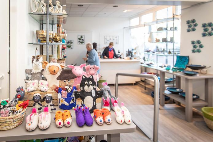 De Wereldwinkel in Goes heeft een totaal andere uitstraling na de verbouwing. Op de achtergrond vrijwilligsters Jessica Liplijn, Elly Michielsen en Jeanet Schout.