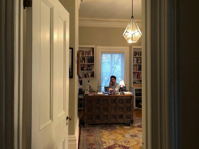 De Canadese premier Trudeau in quarantaine achter zijn eikenhouten bureau. Beeld Reuters