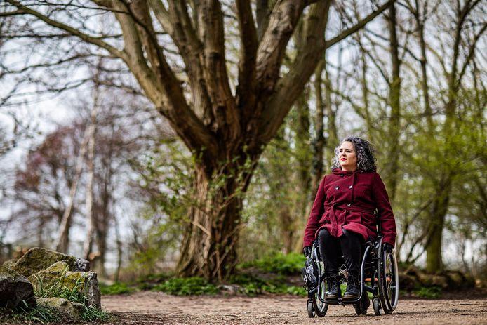 Max de Bruin (40) is actief op Twitter en heeft een blog waarin ze schrijft over haar leven in een rolstoel. Ze gaat geen ongemakkelijke vraag uit de weg en geeft vijf tips voor mensen over hoe ze om kunnen gaan met iemand in een rolstoel.