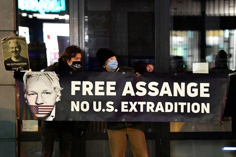Een protest tegen de uitlevering van Julian Assange aan de VS, voor de Britse ambassade in Brussel op 7 december 2020.  Beeld AFP