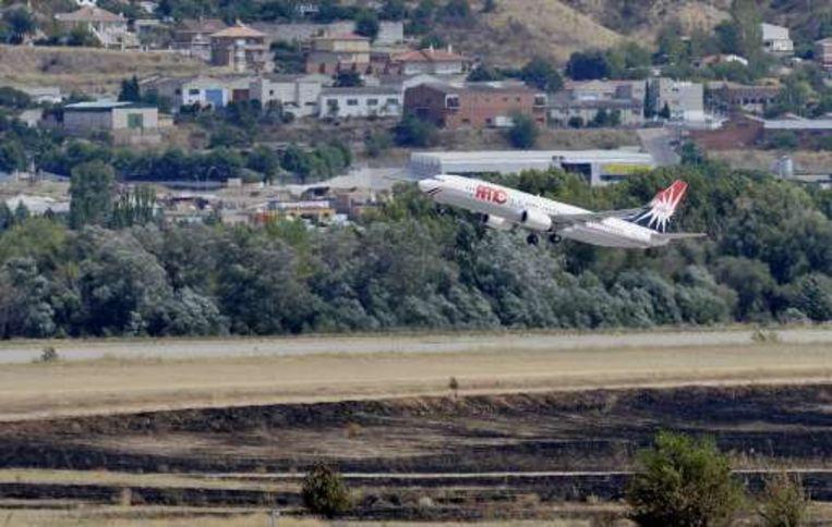 Een vliegtuig stijgt op vlak naast de plek waar het toestel van Spanair crashte.