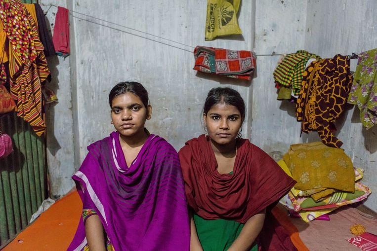 Haleema (18, rechts) en Sharmin (16) zijn werk gaan zoeken in de textielindustrie van de hoofdstad. Beeld Reza Shahriar Rahman