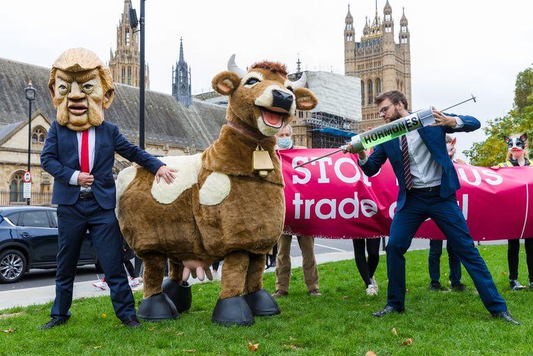 Londens protest tegen hormoonvlees, dat na een deal met Trump het land zal overspoelen. Beeld EPA