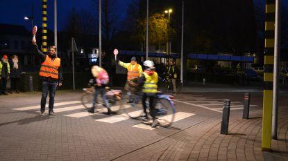 Weg oversteken naar school wordt veiliger: stad koopt zestig brigadierbordjes met ledverlichting