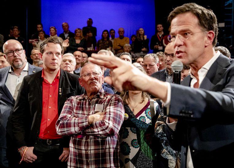 Premier Mark Rutte in gesprek met Zeeuwen, vorig jaar, over de afgeblazen verhuizing van de marinierskazerne. Beeld ANP
