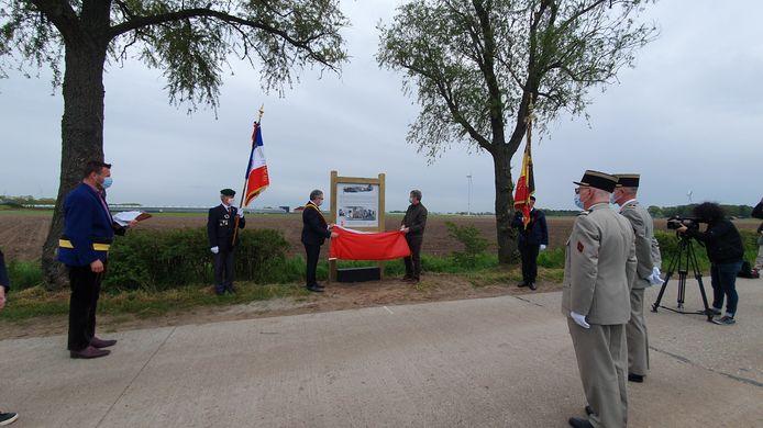 De 21-jarige Franse gevechtspiloot Fernand Lacroix kwam op 11 mei 1940 om tijdens een luchtgevecht boven Wuustwezel en Meer. Het vliegtuig stortte neer in de omgeving van de Maxburgdreef en de Tolberg.