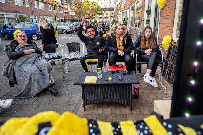 Mensen in de Veronicastraat in Malburgen kijken naar de bekerfinale Vitesse-Ajax.